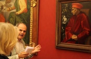 """Eckhart Gillen in den Uffizien vor Pontormos Gemälde      """"Cosimo de' Medici Il Vecchio"""", 1520"""